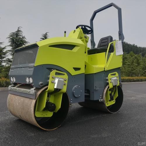 思拓瑞克2吨座驾式压路机
