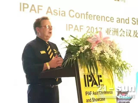 IPAF CEO Tim Whiteman发表演讲并主持会议
