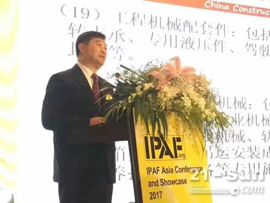 中国工程机械工业协会常务副会长兼秘书长苏子孟发表演讲