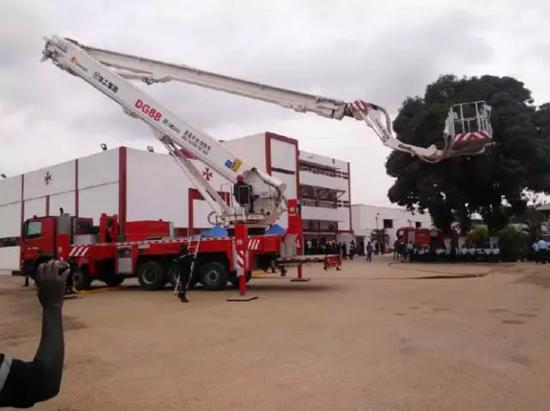 徐工DG88在安哥拉参加消防实战演练