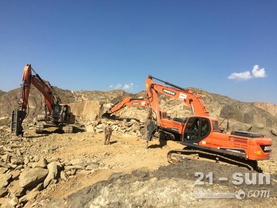 巴基斯坦卡·拉高速项目施工中的斗山设备
