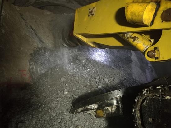 大瑞铁路单臂掘进机正式投产