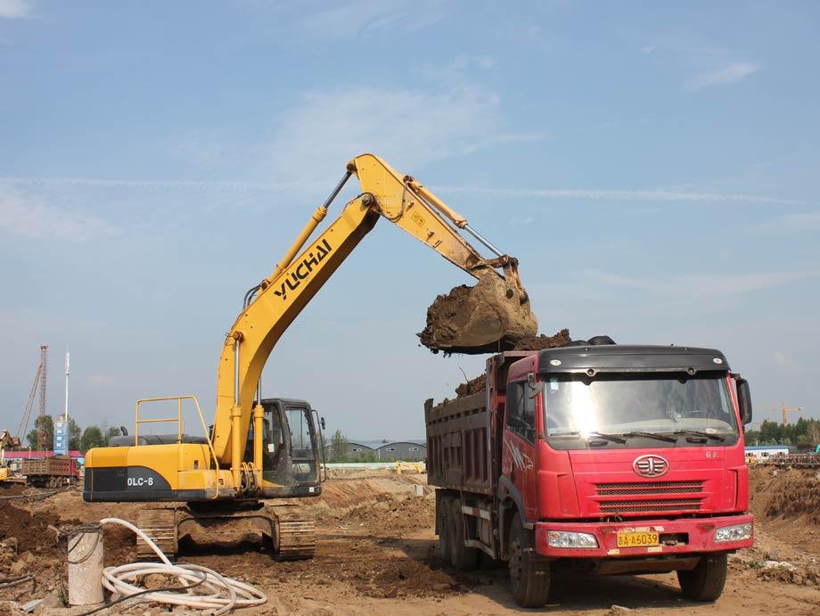玉柴重工YC230LC-8挖掘机施工中