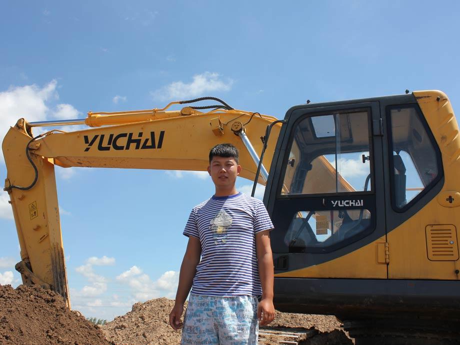 操作手与玉柴重工YC230LC-8挖掘机合影