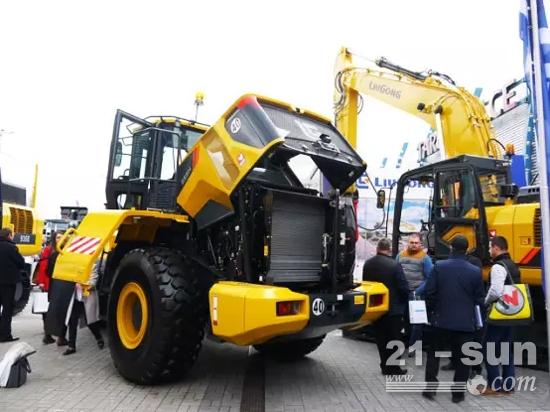 波兰工程机械展会上的柳工设备