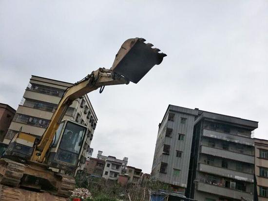 姜泽余当时救人使用的挖掘机