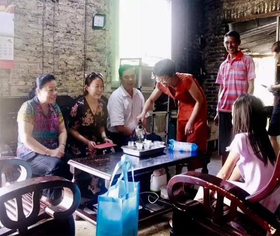 志愿者队伍为白交祠村孤困学童发放资助金