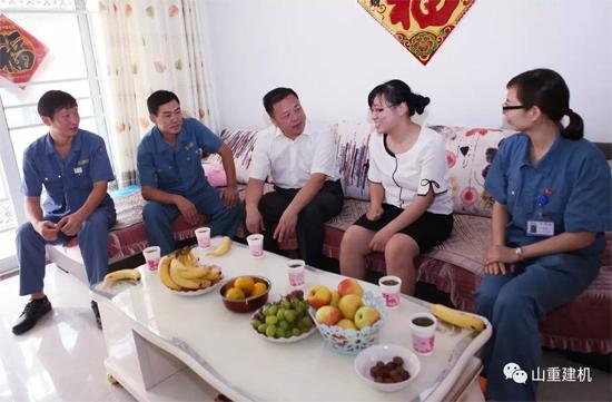 公司领导与驻外员工家属们进行了亲切交谈
