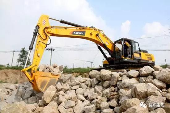客户到产品体验中心试驾雷沃挖掘机