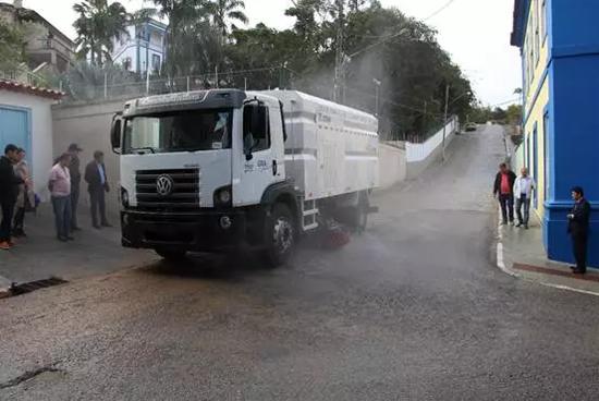 徐工XS5ABR洗扫车在包索市街道上巡展