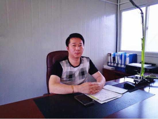 李江华的办公桌上摆放着中联重科泵车模型