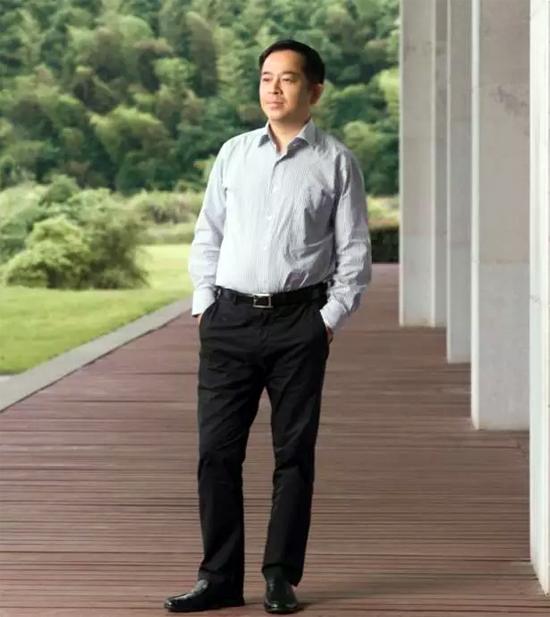 向文波说,他曾经的梦想是做一名老师,但命运让他成为了一名企业经营者,但他灵魂深处的情怀仍在