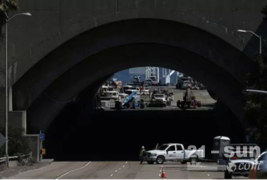连接隧道的入口处则使用了Genie S-65