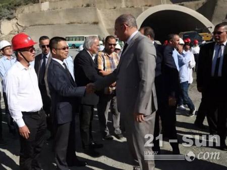 阿尔及利亚公共工程及交通部部长阿卜杜勒卡尼·扎兰(Abdelghani Zaalane)和中建阿尔及利亚公司总经理周圣握手