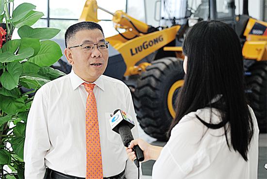 曾光安(左)在柳工全球研发中心