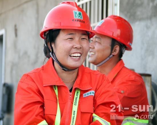 """刘艳说中联重科塔机""""性能好,开起来很轻松!"""""""
