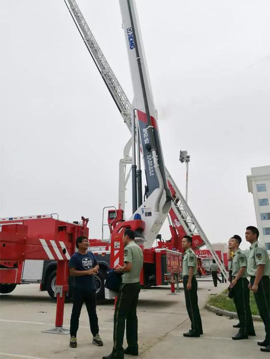 徐工技术人员为武警学院官兵讲解V5系列消防车