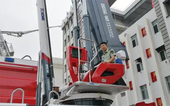武警学院官兵试操徐工V5系列消防车