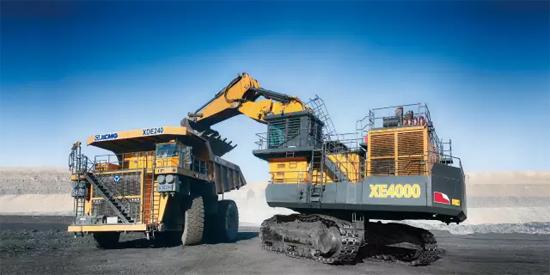 400吨液压挖掘机与240吨矿用自卸车矿山施工