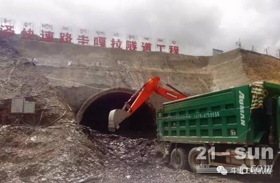 拉泽隧道项目圭嘠拉隧道出口左洞顺利进洞,斗山挖掘机正在作业