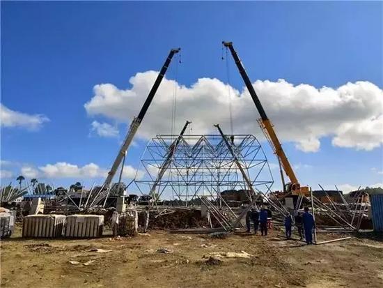 印度尼西亚卡巴那岛,4台徐工QY25K5-I汽车起重机在镍还原项目二期原料库进行网架主体安装协同吊装