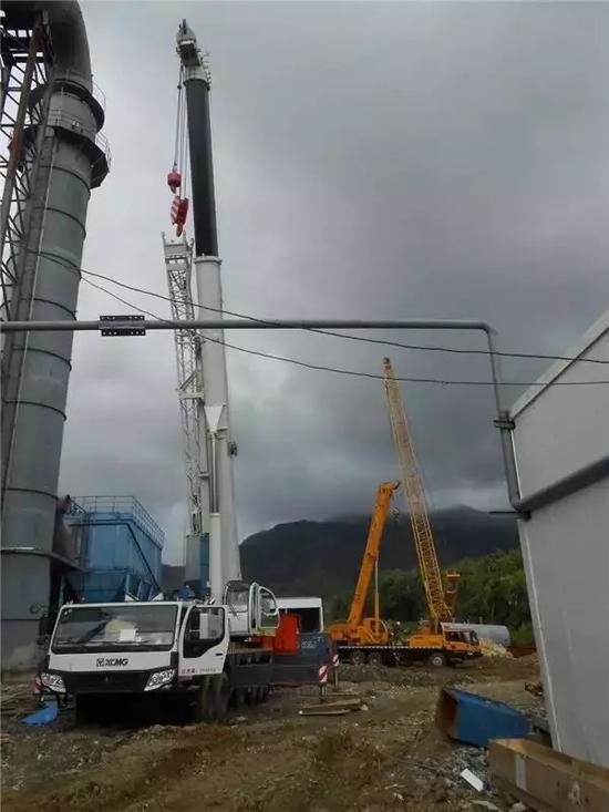 印度尼西亚镊还原生产线安装,包括百吨级汽车起重机、履带起重机在内的多台徐工产品正在协同完成吊装