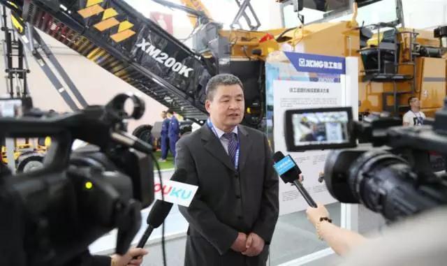 徐工机械副总裁王庆祝接受记者采访