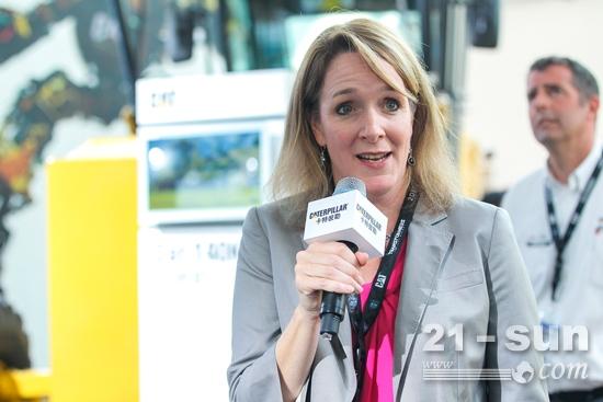 卡特彼勒全球中型装载机宝马会bmw188经理Kristin Girard致辞