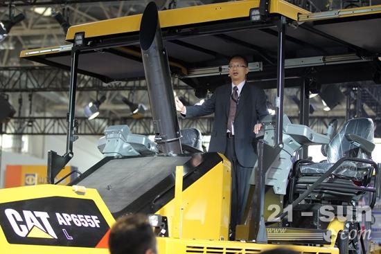 卡特彼勒全球基础建设部路面宝马会bmw188中国区销售总监刘捷介绍Cat AP655F L