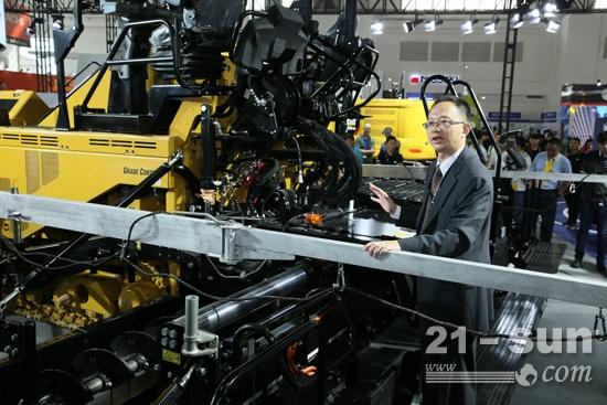 卡特彼勒全球基础建设部路面产品中国区销售总监刘捷介绍Cat AP655F L