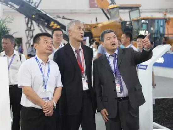 中国工程机械工业协会会长祁俊参观徐工高空作业平台展区