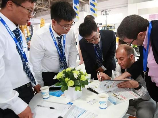 国外客户了解徐工新一代高空作业平台产品