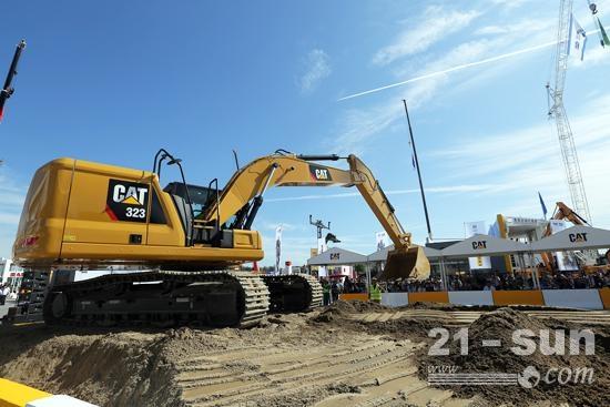 观众正在体验新一代Cat挖掘机