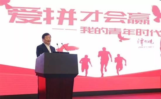 """谭旭光以""""爱拼才会赢——我的青年时代""""为主题,向潍柴广大青年员工分享了自己的青春故事。"""