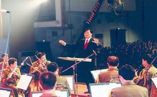 2002年,谭旭光董事长指挥中国人民解放军军乐团演奏《黄河大合唱》交响乐