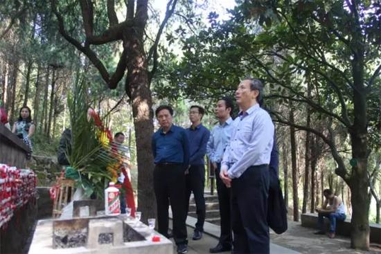 王民董事长向将军墓敬献了花篮和茅台酒