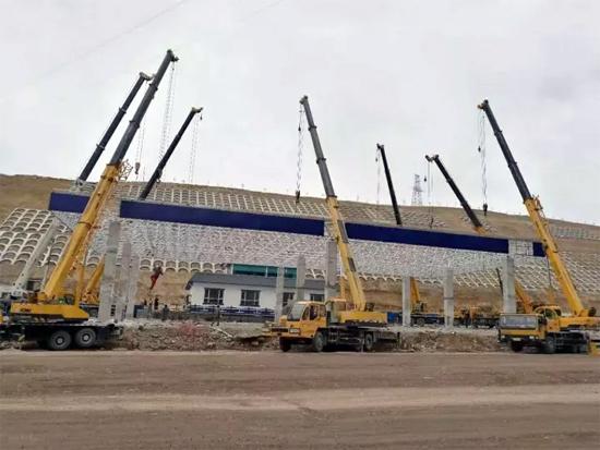 7台徐工25吨起重机联手完成