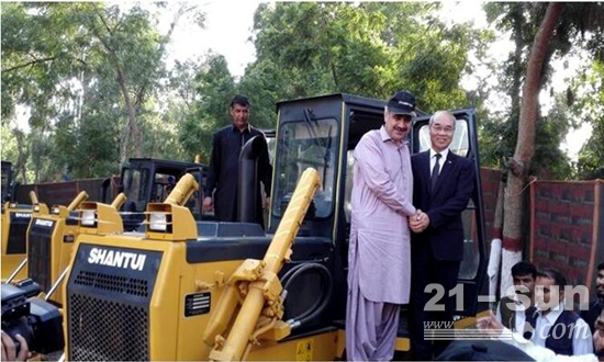 山推股份公司董事长张秀文出席巴基斯坦批量出口交车仪式