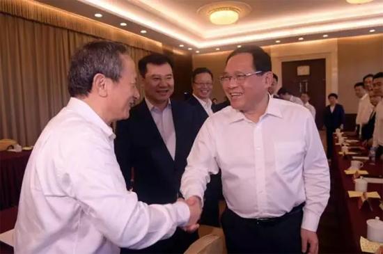 李强书记与王民董事长亲切握手