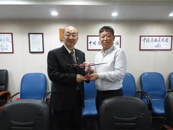 孙波先生向黄敏先生赠送了中国首架固定翼飞机-雪鹰601模型