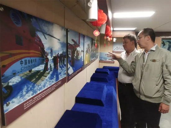 极地中心人员带领柳工团队参观雪龙号