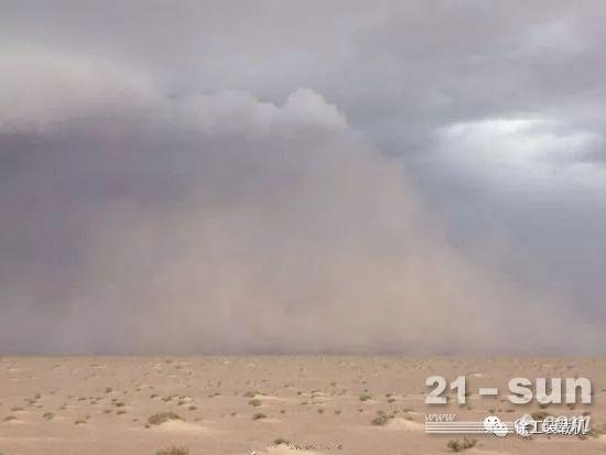 干燥的气候带来的是风沙漫天的恶劣工况