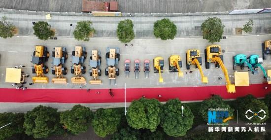 各种型号、大小不一的挖掘机排成一排