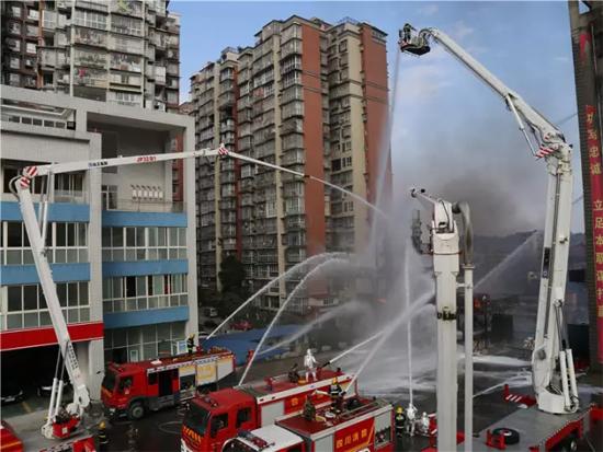 徐工成套化消防车参与内江城市火灾消防救援