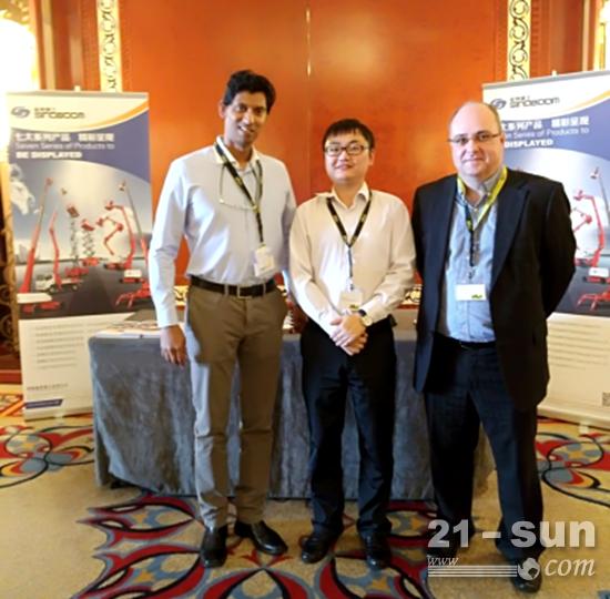 星邦重工国际销售经理与当地租赁公司代表和IPAF主席NICK SHELLY(右一)合影