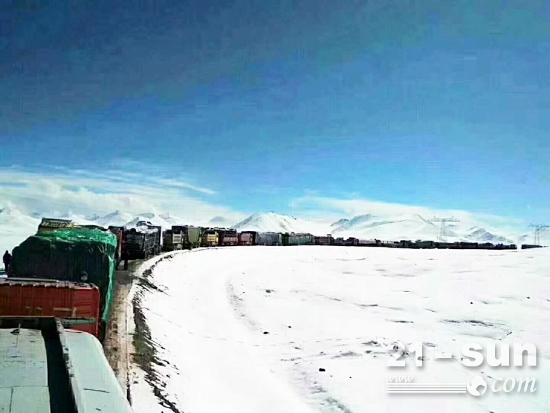 路面打滑、故障熄火、油料冻结、电路不通等状况造成大量车辆滞留