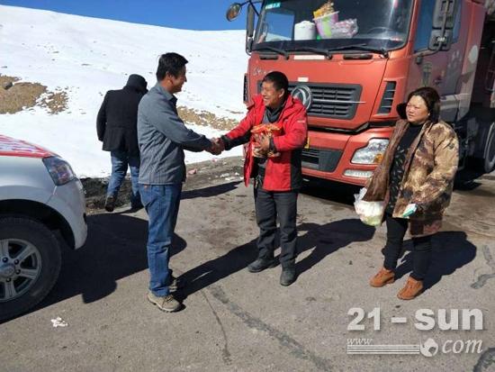 山工机械服务车为滞留司机提供保暖用品和食物