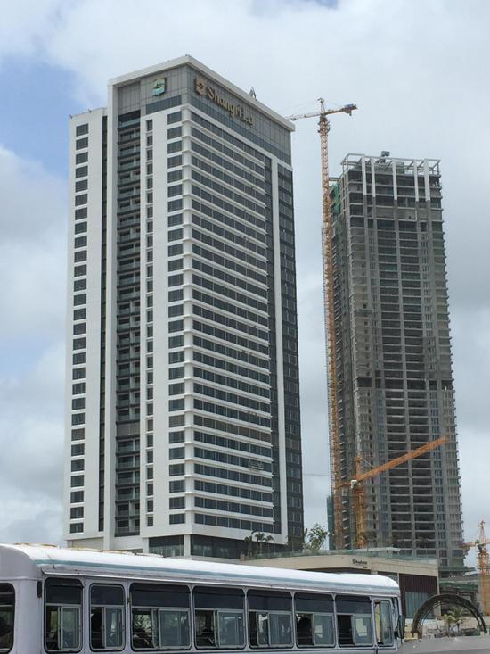 中联重科塔机正在建设科伦坡海港城香格里拉项目