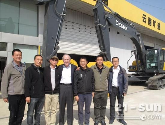 约翰迪尔公司董事长兼首席执行官山姆·艾伦(左四)与经销商工作人员合影