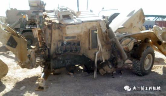 上图为被炸毁的JCB HMEE,保护士兵毫发无伤